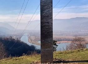 Mistério continua: Mais um monólito de metal aparece, agora na Romênia